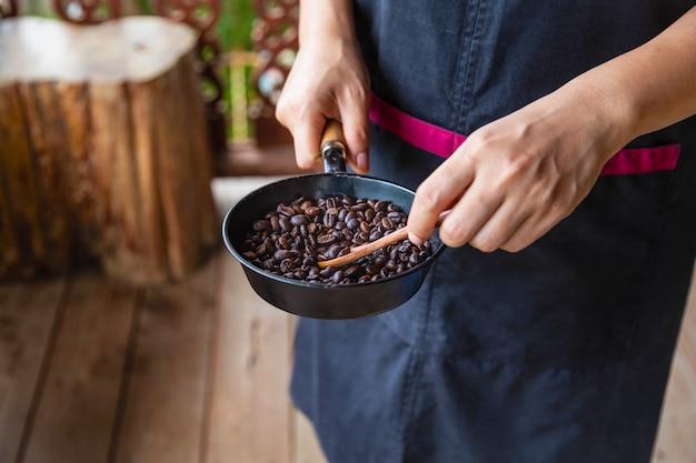Traditioneel branden van koffie