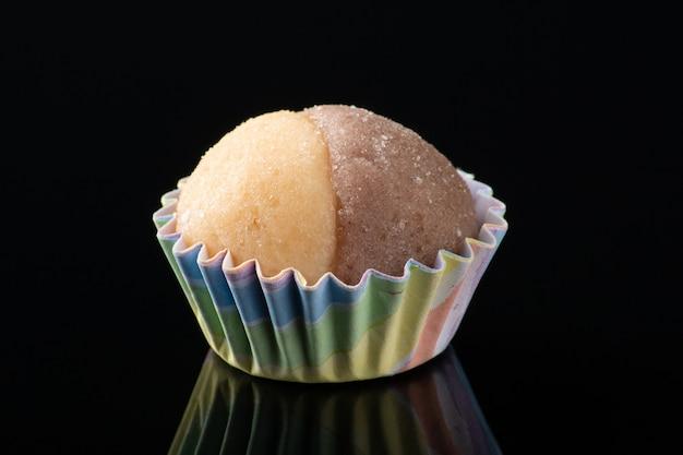 Traditioneel braziliaans snoepje. partij snoep geïsoleerd op zwarte achtergrond.