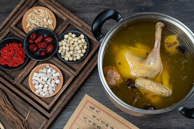 Traditioneel chinees eten: gestoofde kippensoep met chinese kruidengeneeskunde.