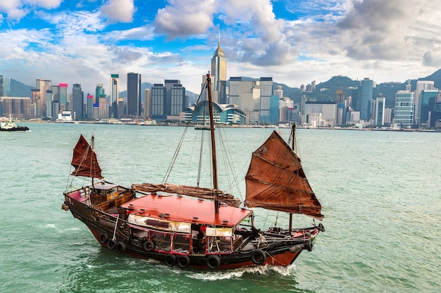 Traditioneel chinees houten zeilschip in victoria harbor in hong kong