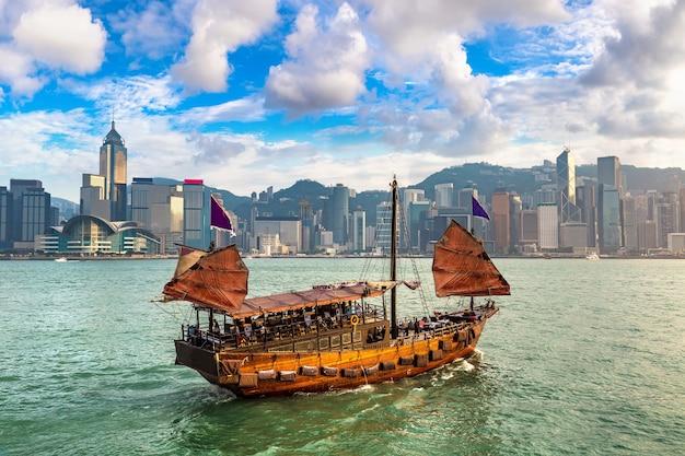 Traditioneel chinees houten zeilschip in victoria harbor in hong kong