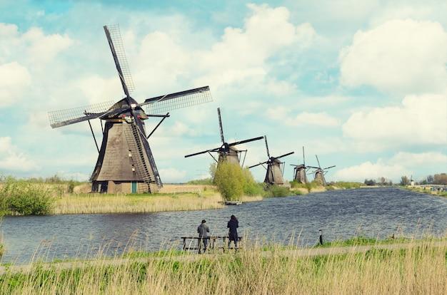 Traditioneel de windmolenlandschap van nederland in kinderdijk dichtbij rotterdam in nederland.