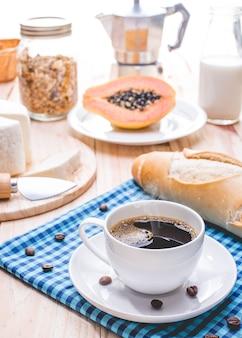 Traditioneel en gezond ontbijt met espressokoffie