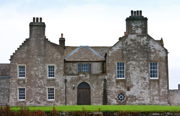 Traditioneel engels herenhuis in schotland, shutterland, ongeveer 200 jaar oud