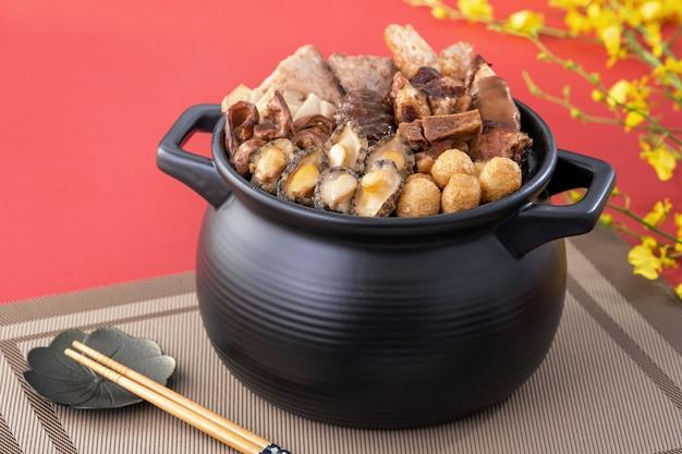 Traditioneel eten van chinees nieuw maanjaar, boeddha springt over de muur