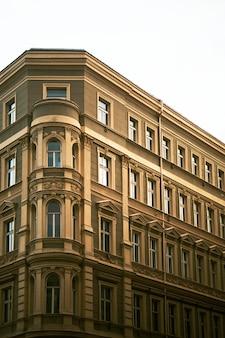 Traditioneel europees appartementengebouw