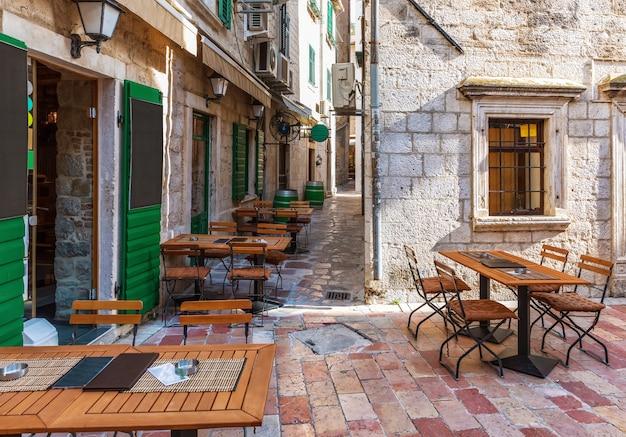 Traditioneel europees café in de oude binnenstad van kotor, montenergo, geen mensen.