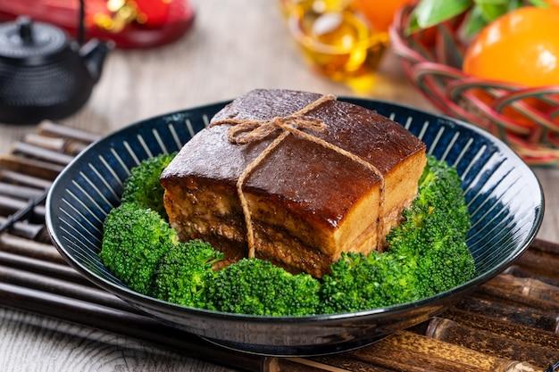 Traditioneel feestelijk eten voor de chinese nieuwjaarskeuken dong po rou