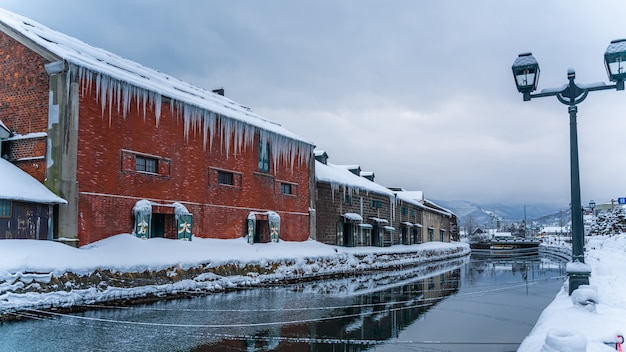 Traditioneel gebouw met uitzicht op het kanaal van otaru