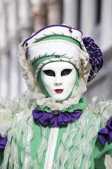 Traditioneel geklede persoon van venetië carnaval