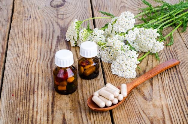 Traditioneel geneeskundeconcept, geneeskrachtige planten en kruidencapsules