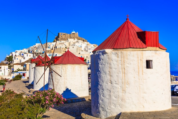 Traditioneel griekenland astypalea eiland uitzicht op chora dorp met windmolens