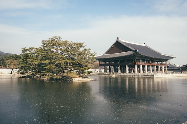 Traditioneel heiligdom dichtbij het meer in soeul, korea