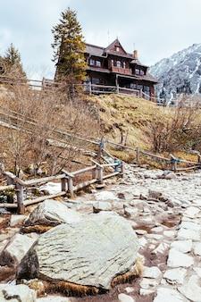 Traditioneel houten huis op heuvel