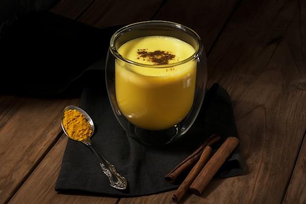 Traditioneel indiaas drankje. gouden latte, kurkuma melk met kruiden