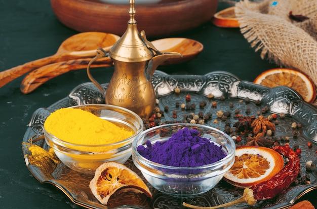 Traditioneel indisch holi-kleurenpoeder, kruiden op donkere plattelander