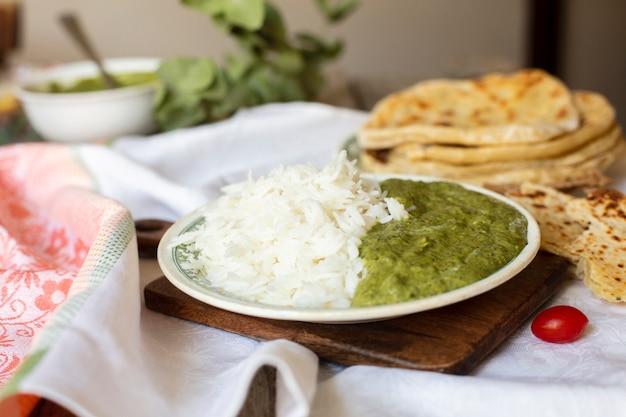 Traditioneel indisch voedsel met rijst en pitabroodje