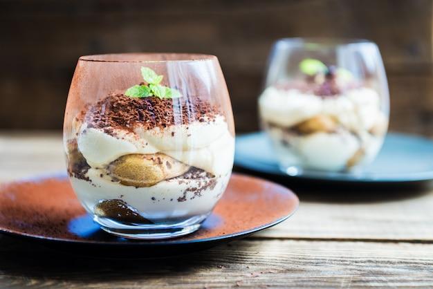 Traditioneel italiaans dessert tiramisu in een glazen pot