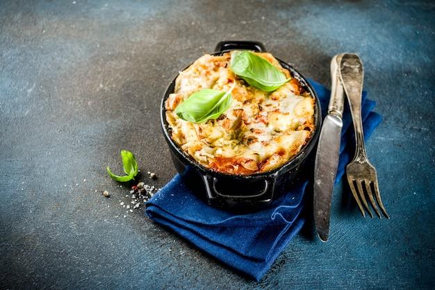 Traditioneel italiaans eten, zelfgemaakte lasagne met vers basilicum