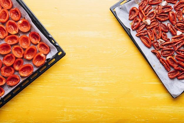 Traditioneel italiaans eten, zongedroogde tomaten thuis gemaakt.