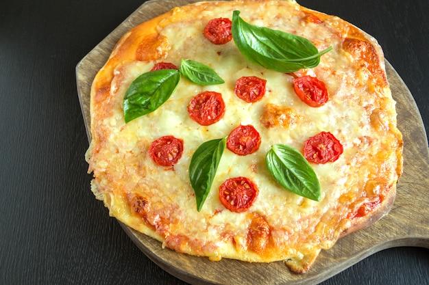 Traditioneel italiaans gerecht, heerlijke pizza margarita.