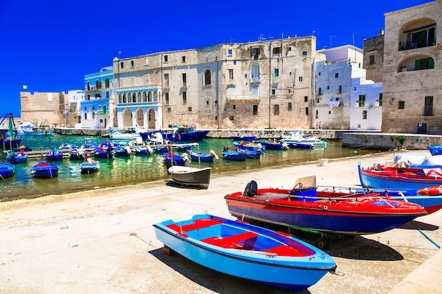 Traditioneel italië, witte stad monopoli met kleurrijke fishinng boten in puglia