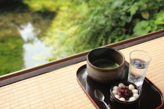 Traditioneel japans dessert, gestoomd kleverig rijstmeel met rode boon en groene thee