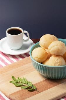 Traditioneel kaasbrood (pao de queijo) met een kopje koffie.