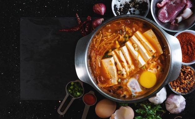 Traditioneel koreaans eten, kimchi jjigae. bovenaanzicht met kopie ruimte