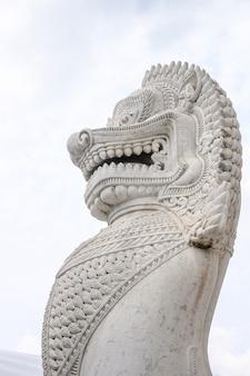 Traditioneel marmeren leeuwstandbeeld in boeddhismetempel