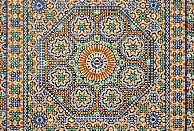 Traditioneel marokkaans mozaïek, geometrisch patroon op de gevel van een huis in meknes