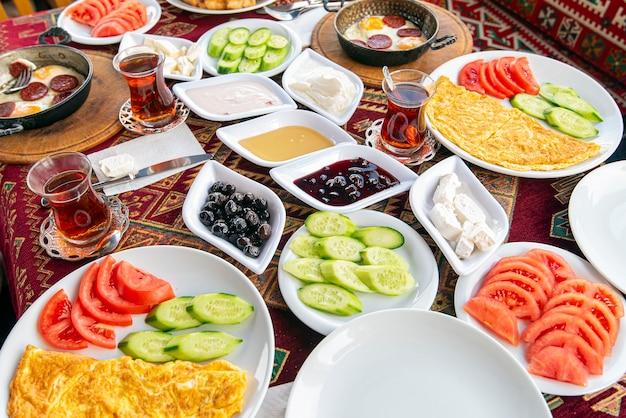 Traditioneel natuurlijk turks ontbijt met veel soorten eten en snacks