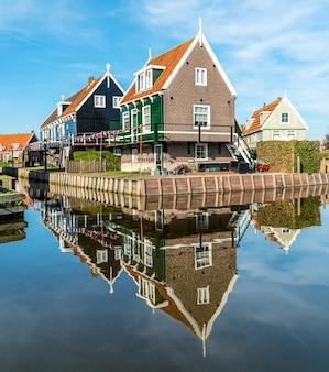 Traditioneel nederlands huis weerspiegeld in het water