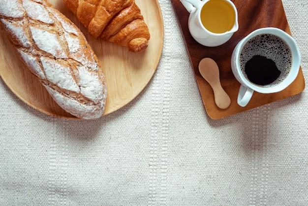Traditioneel ontbijt natuurlijk vegetarisch voedsel met zuurdesembrood.