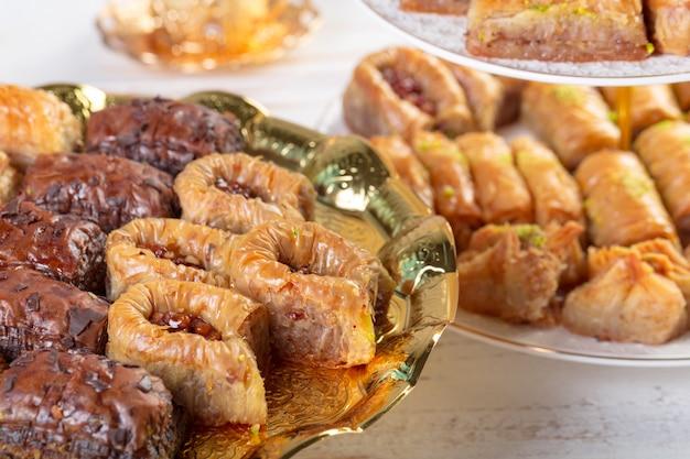 Traditioneel oostelijk arabisch dessert baklava met turkse honing en okkernoten, selectieve nadruk. kopieer ruimte