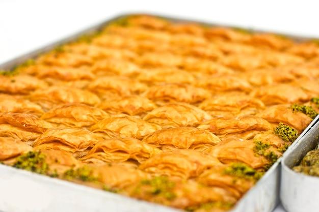 Traditioneel oosters dessert - baklava met pistaches en walnoten.