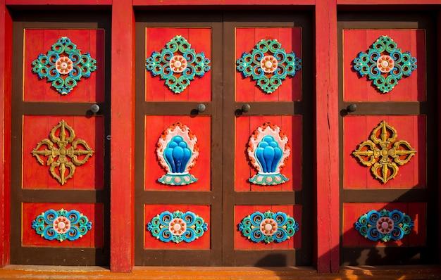 Traditioneel ornament. ramen met houtsnijwerk op de ramen in een houten huis