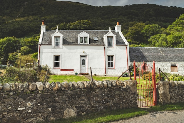 Traditioneel oud wit huis noord-ierland