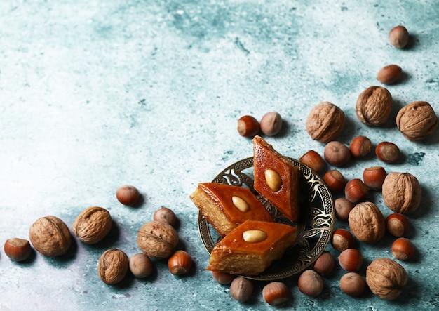 Traditioneel pakhlava-gebak uit azerbeidzjan gemaakt van walnoten en amandelen met honing