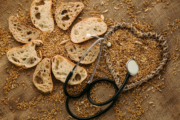 Traditioneel rond roggebrood huisgemaakt vegetarisch biologisch voedsel