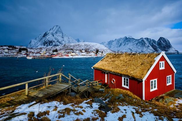 Traditioneel rood rorbu-huis in het dorp reine op de lofoten-eilanden,