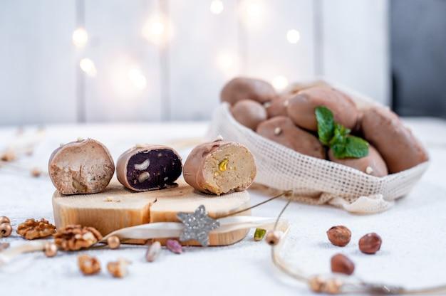 Traditioneel russisch dessert, aardappeltaart met chocolade en truffel.