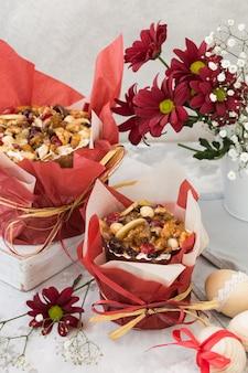 Traditioneel russisch pasen-kwarkdessert, orthodoxe paskha op grijze concrete lijst met kulichcakes, bloemen, gekleurde eieren.