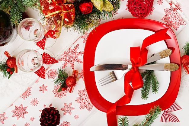 Traditioneel servies op kerst tafel. plat leggen. bovenaanzicht