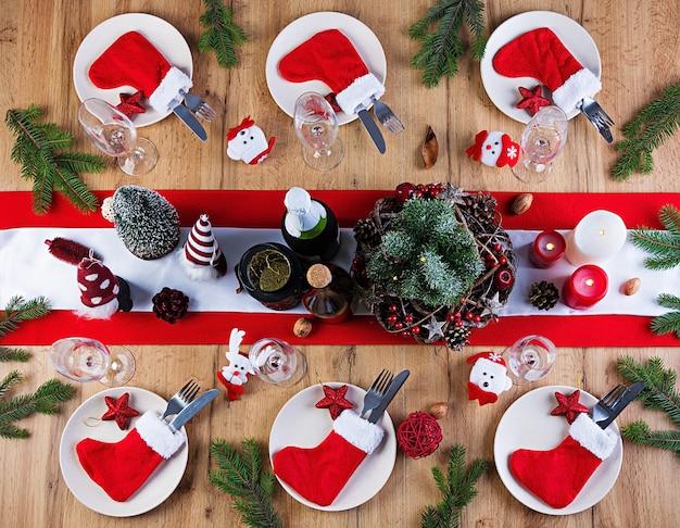 Traditioneel serviesgoed op kerstmistafel. plat leggen. bovenaanzicht