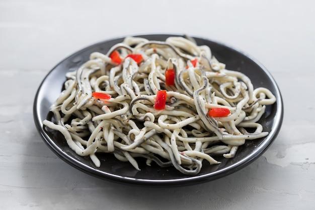 Traditioneel spaans eten. gulas met olie op een witte plaat.