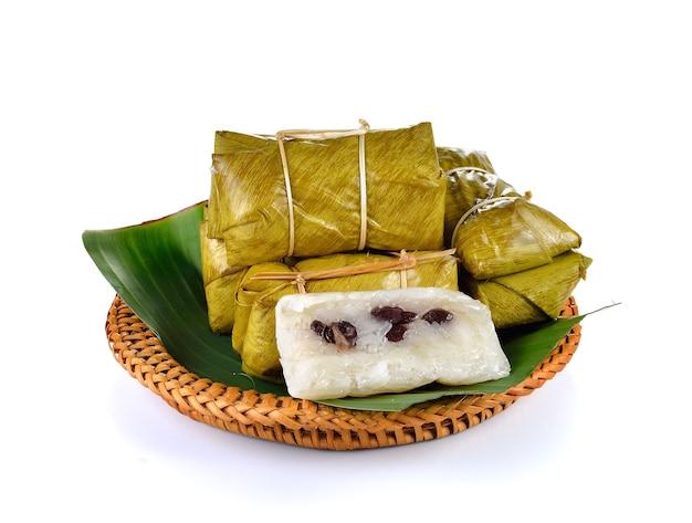 Traditioneel thais dessert met kleefrijst die met geïsoleerde banaan wordt gestoomd