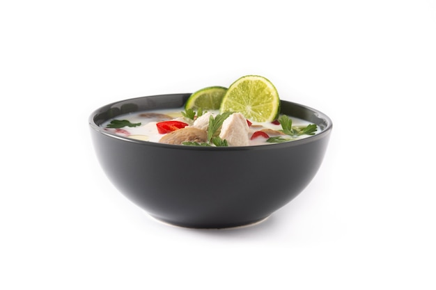 Traditioneel thais eten tom kha gai en ingrediënten op wit wordt geïsoleerd