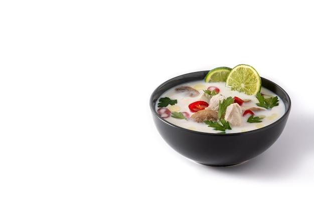 Traditioneel thais eten tom kha gai geïsoleerd op wit