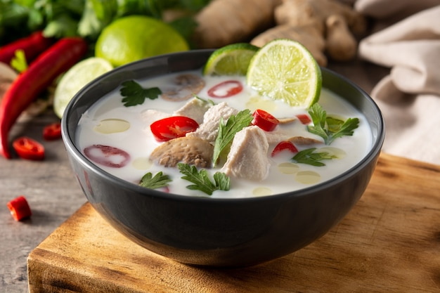 Traditioneel thais eten tom kha gai in een kom